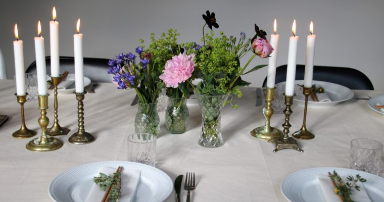 Romantisk borddækning madogblomster